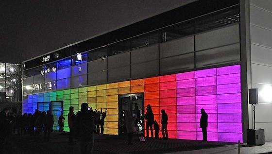 Die Aachener Wissenschaftler bringen nicht nur Parkett zum Leuchten. Auch ihren Lichtbeton präsentieren die ITA-Forscher in Dresden. Hier sind LED-Paneele in die Fassade integriert.