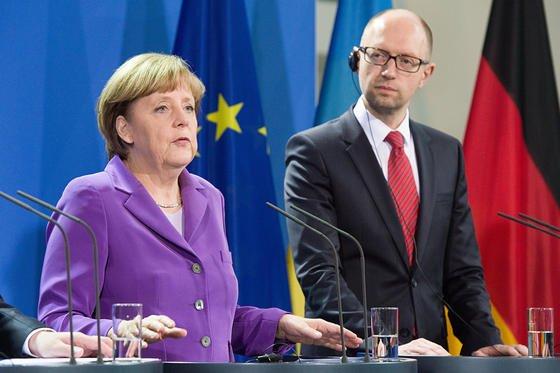 Der ukrainische Ministerpräsident Arseni Jazenjuk und Bundeskanzlerin Angela Merkel im Mai 2014 bei einem Treffen im Bundeskanzleramt. Am heutigen Donnerstag ist erneut ein Gespräch vorgesehen – zum Ärger der pro-russischen Gruppe CyberBerkut. Sie hatte gestern die Webseite der Bundeskanzlerin und des Bundestages attackiert.