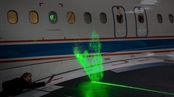 In der Kabine des DLR-Forschungsflugzeugs Atra sind Laser und Hochleistungskameras installiert. Sie beleuchten und filmen die Wolken-Tröpfchen, die während des Flugs die Tragflächen passieren.