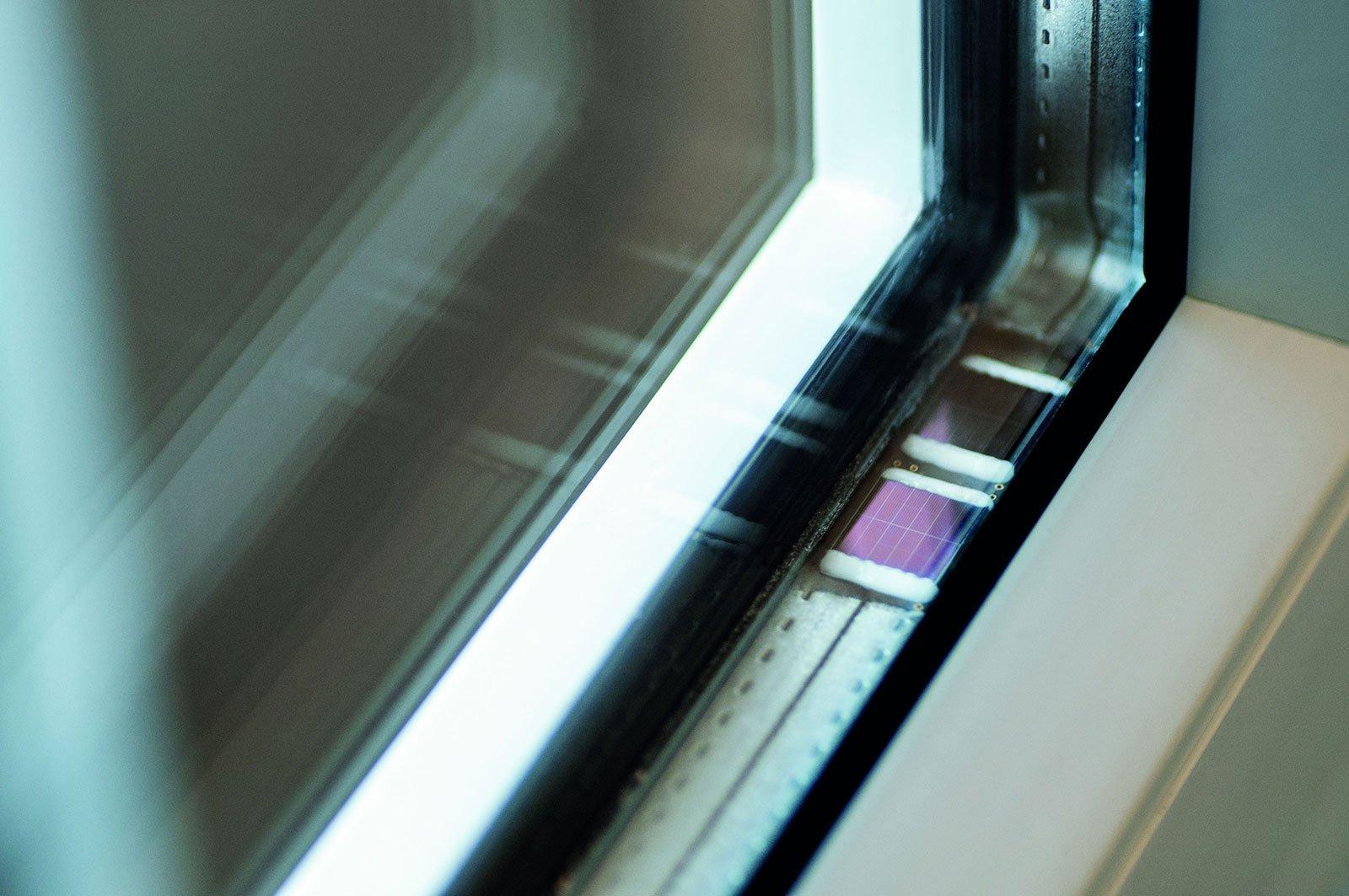 Der im Fensterrahmen angebrachte Chip versorgt sich selbst mit Energie.