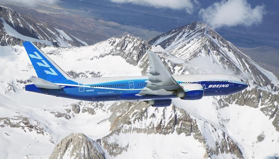 Die 777 gehört zu den Erfolgsmodellen des US-amerikanischen Flugzeugbauers Boeing. Ab 2020 soll das Großraumflugzeug dank hochklappbarer Tragflächen auch kleinere Flughäfen anfliegen können.