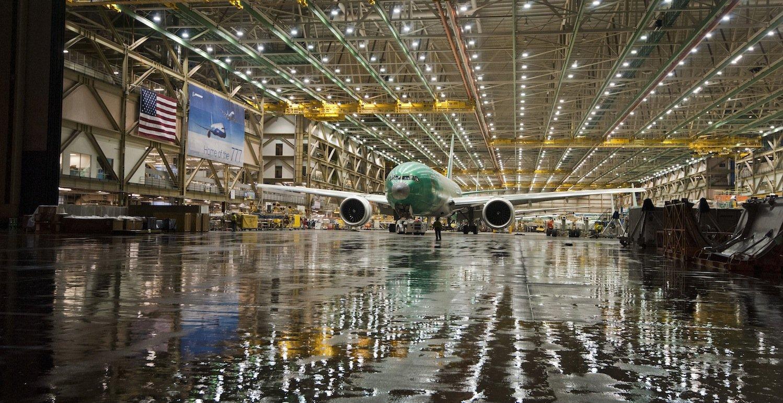 Produktion der Boeing 777. Beim neuen Modell 777-9 sollen die 3,5 Meter langen Tragflächenenden hochklappbar sein. Die Spannweite reduziert sich dann von71,8 auf 64,8 Meter.