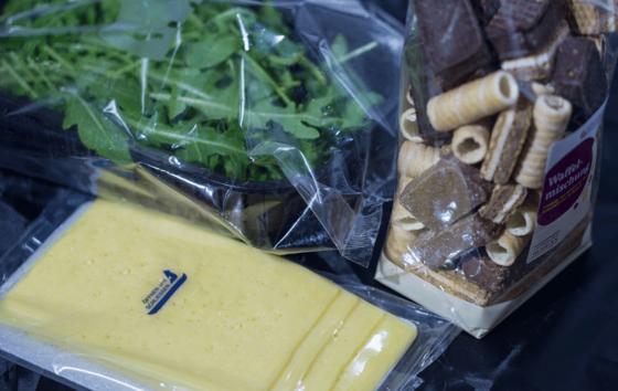 Bislang ist Bioplastik für die Lebensmittelindustrie wenig verlockend. Das könnte sich ändern.Bioabbaubare Funktionsschichten der Fraunhofer-Forscher sollen Waren künftig vor Gerüchen, Wasserdampf und Sauerstoff schützen.