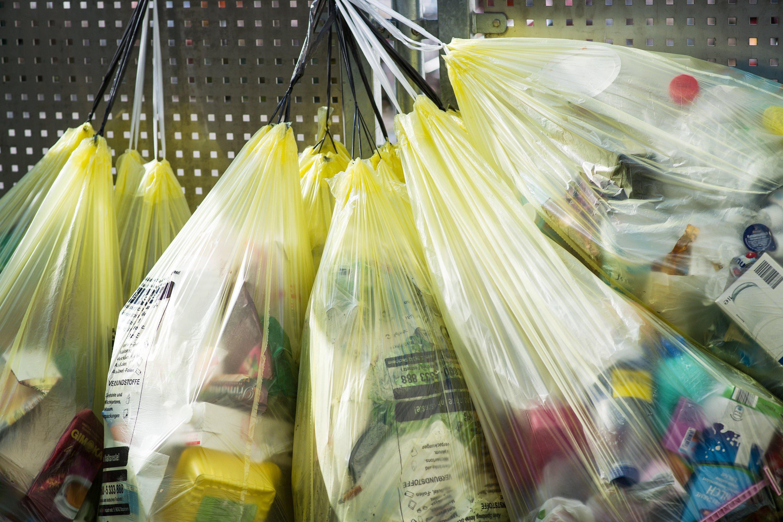 Jedes Jahr landen in Deutschland rund drei Millionen Kunststoffverpackungen im Müll. Weniger als die Hälfte davon landet in der Wiederverwertung. Der Durchbruch des Bioplastiks in der Lebensmittelindustrie könnte die Umwelt entlasten.