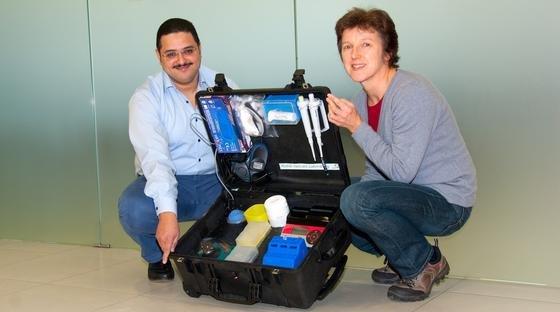 Der Infektionsforscher Dr. Ahmed Abd El Wahed und die Leiterin der Abteilung Infektionsmodelle am DPZ, Dr. med. vet. Christiane Stahl-Hennig, präsentieren den von Abd El Wahed erfundenen Diagnosekoffer für das Ebolavirus.