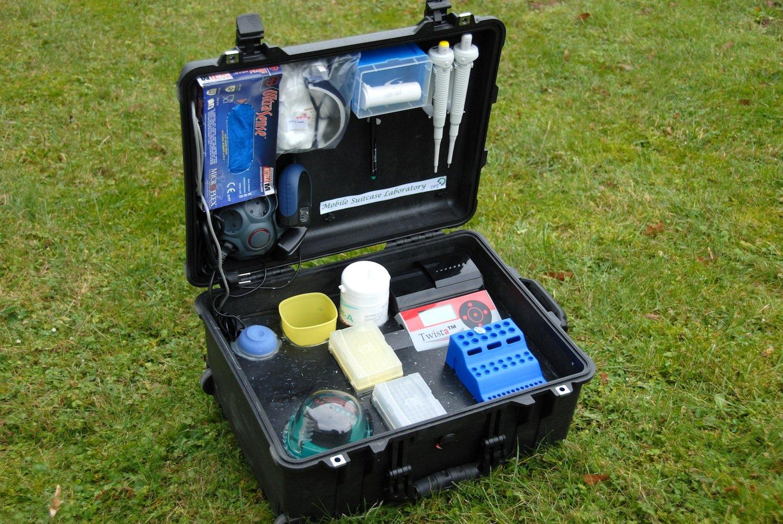 Der Diagnosekoffer erlaubt in nur 15 Minuten eine Analyse des Ebola-Virus. Den Strom erzeugt der Koffer durch Solarzellen.