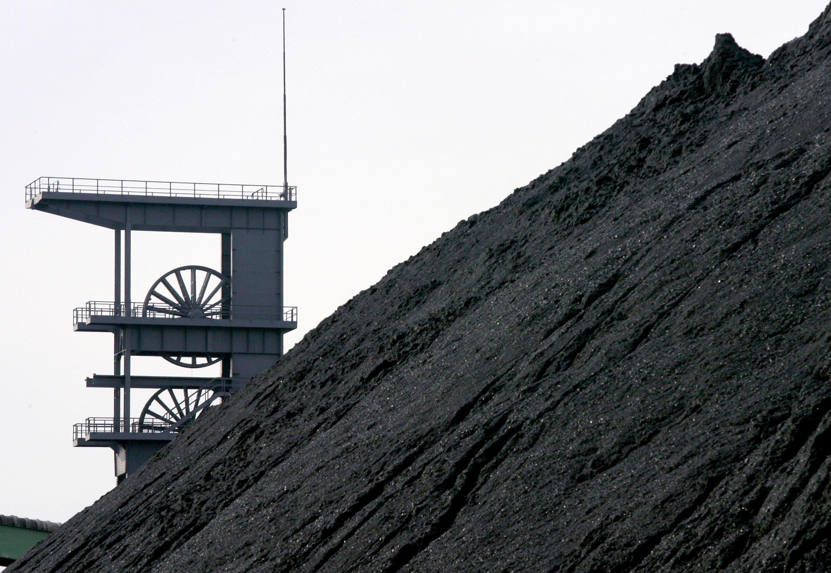 Kohlenhalde vor dem Förderturm der Zeche Prosper-Haniel in Bottrop: Bis Mitte der 1980-er Jahre wurden hochgiftige PCB als Schmiermittel in den Zechen unter Tage eingesetzt.