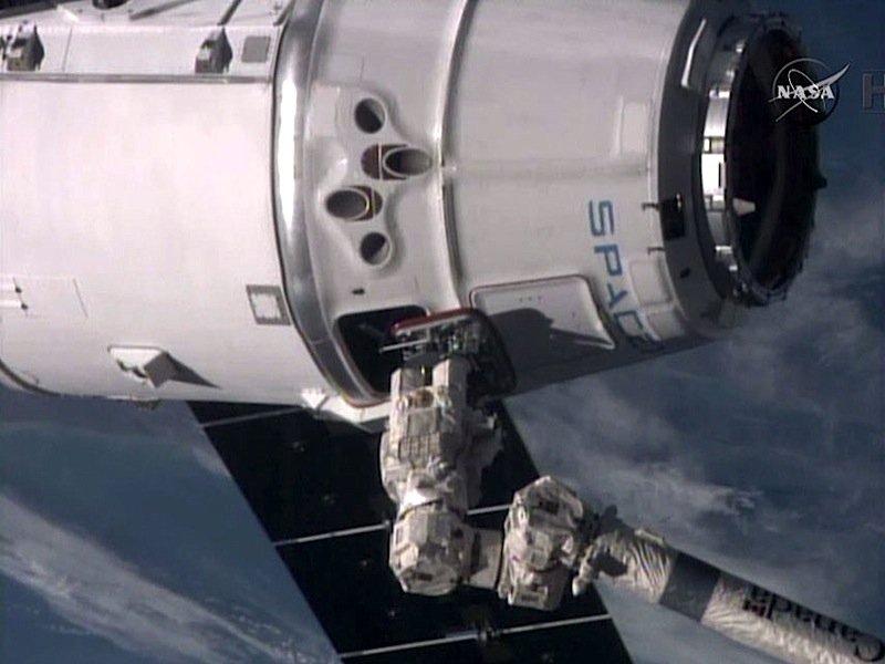 Die Versorgungskapsel Dragon hat die Internationale Raumstation ISS inzwischen erreicht.