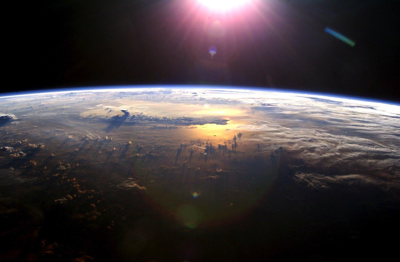 Phänomene wie Gletscherschmelzen lösen Masseverschiebungen aus und sorgen dafür, dass die Erde zwei Tausendstel einer Sekunde länger als 24 Stunden für eine Rotation benötigt. Die Schaltsekunde synchronisiert Uhren wieder mit dem Tag-Nacht-Rhythmus.