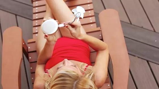 Aufgepasst, die Damen: Der Klappspiegel Pearl hat einen Akku intus. Und da kann man nicht nur ein Handy aufladen, sondern sogar einen Mini-Propeller anschließen und für eine kühle Brise sorgen lassen.