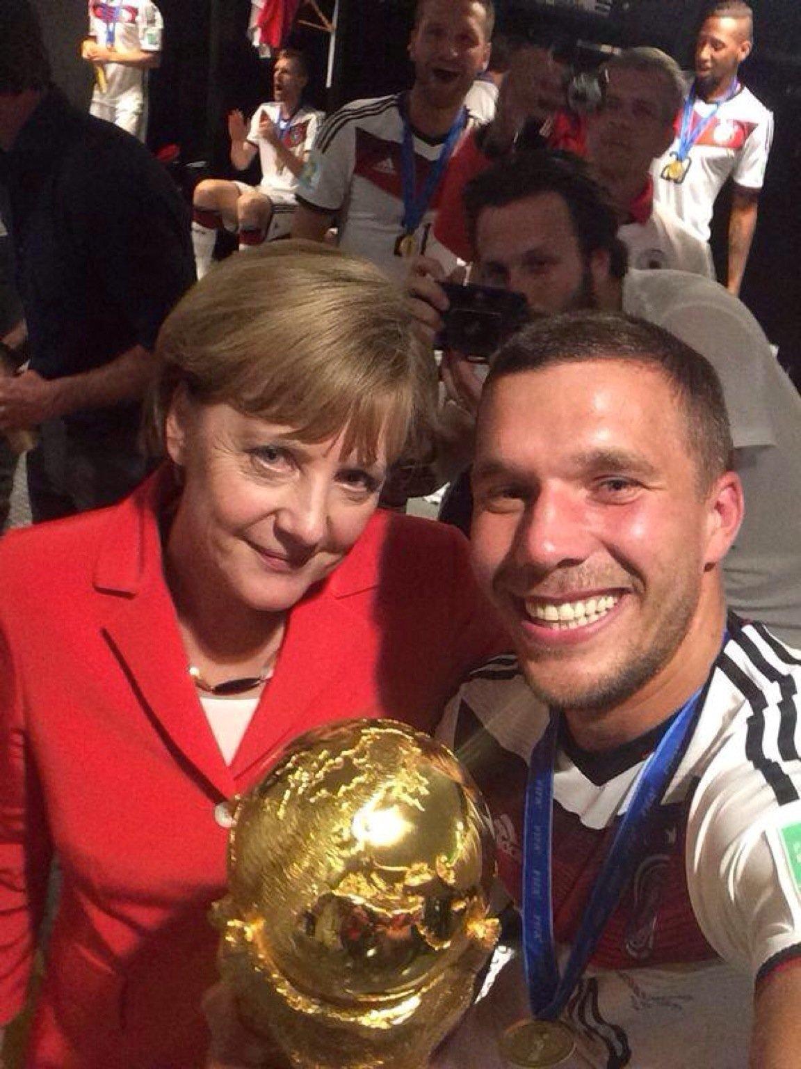 Selfie von Nationalspieler Lukas Podolski und Bundeskanzlerin Angela Merkel direkt aus der Kabine der Fußballnationalmannschaft in Brasilien. Das Bild hat Podolski auf seinem Twitter-Account veröffentlicht.