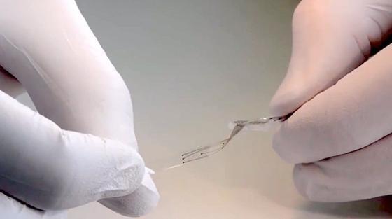 Das neue Implantat ist flexibel und dehnbar, passt sich jeder Bewegung an.Im Inneren verlaufen feine Leitungen aus Gold. Die weichen Elektroden sind mit einer Mischung aus Platin und Silikon überzogen