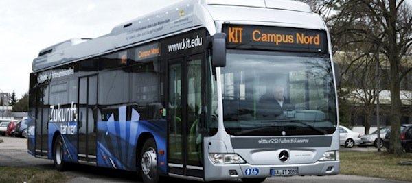 In Deutschland trägt unter anderem das Karlsruher Institut für Technologie(KIT)durch die Inbetriebnahme von zwei umweltfreundlichen Brennstoffzellenbussen zum Aufbau einer Wasserstoff-Infrastruktur in Baden-Württemberg bei.