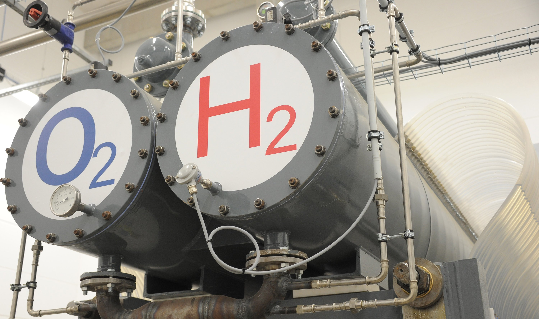 Ein Elektrolyseur erzeugt in einem Wasserstoff-Hybridkraftwerk Wasserstoff.