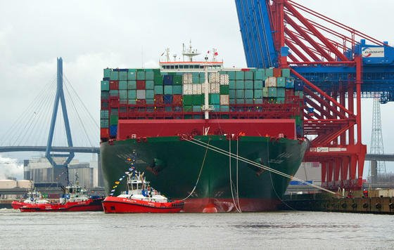 Das Containerschiff CSCL Globe der Reederei China Shipping Group läuft am 13. Januar 2015 in Hamburg in den Hafen ein und macht am Eurogate-Terminal fest.Mehrere Schlepper drehten die CSCL Globe und manövrierten sie rückwärts ins Hafenbecken. Am Wochenende geht die Jungfernfahrt weiter Richtung China.