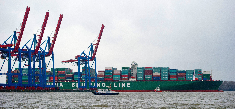 Derzeit kann die CSCL Globe nur halbbeladen über die Elbe in den Hamburger Hafen einfahren. Vollbeladen würde sie mit 16 Metern Tiefgang die Elbrinne sprengen.