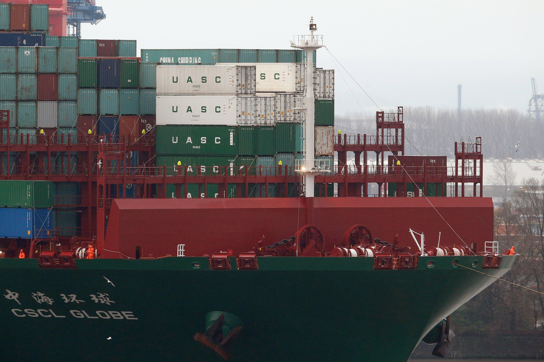 Die CSCL Globe ist knapp 400 Meter lang und 58,60 Meter breit und kann 19.100 Container (TEU) tragen.