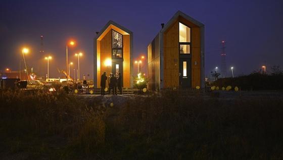 Die Stadt Amsterdam stellt einGrundstück auf Zeeburgereiland für die nächsten drei Monate bereit. Dort wurden zwei der mobilen ONE-Häuser aufgebaut.