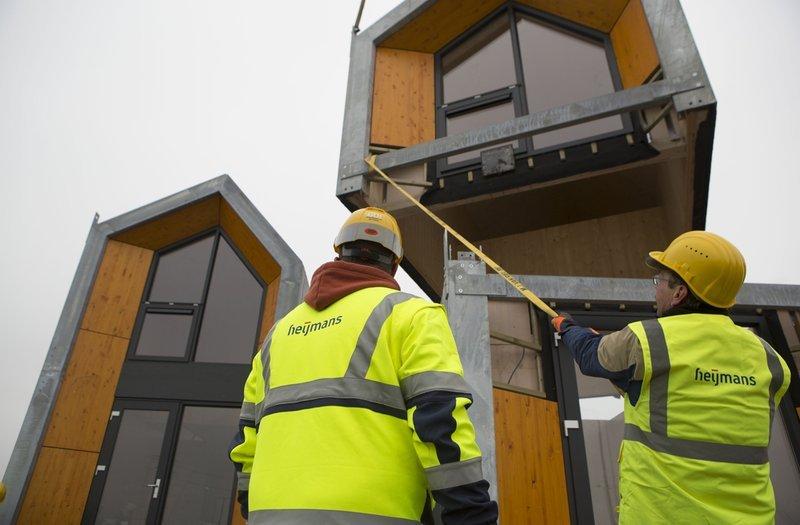 Das ONE-Haus von Heijmans wird aus Holz vorgefertigt. Es kann innerhalb eines Tages transportiert und aufgebaut werden.