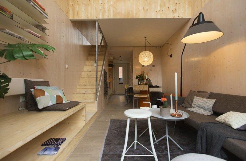 Ganz schön gemütlich: Auf 45 Quadratmetern sind im unteren BereichWohnzimmer, Essecke, Küchenzeile und ein kleines Bad untergebracht. Über eine schmale Treppe geht es auf ein Zwischengeschoss, wo sich das Schlafzimmer mit Arbeitsecke befindet.