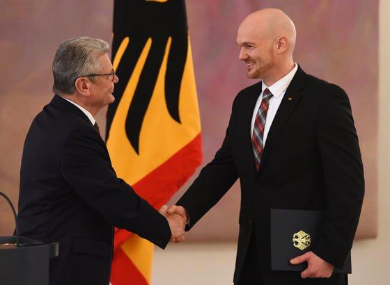 Bundespräsident Joachim Gauck hat Alexander Gerst am 13. Januar im Schloss Bellevue in Berlin mit dem Bundesverdienstkreuz ausgezeichnet.Gauck betonte in seiner Ansprache die wissenschaftliche Bedeutung der Raumfahrt im Zusammenhang mit Zukunftsfragen der Menschheit.