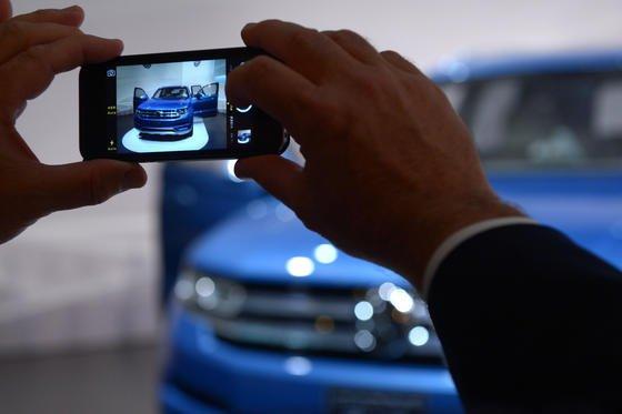 Smartphones sind dank Kamera und anderer Multimedia-Funktionen wahre Stromfresser. Die neue Elektrode der ETH-Forscher kann dreimal mehr Lithium-Ionen aufnehmen. Sie könnte der Startschuss für eine neue Generation leistungsfähigerer Akkus sein.