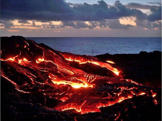 Ausbruchs des Vulkans Kilauea auf Hawaii im Januar 2005. Forscher können sich bei der Vorhersage eines Ausbruchs bislang nur auf ungenaue Modelle stützen. Die NASA will das mit dem Roboter VolcanoBot 2 ändern.