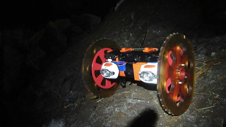 VolcanoBot 1 wagte sich im Mai 2014 in den Krater des Vulkans Kilauea. Sein Nachfolger ist etwas kleiner und kann durch noch engere Spalten fahren.