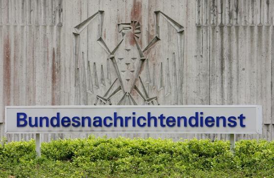 Eingang zum Gelände des Bundesnachrichtendienstes (BND) in Pullach/Landkreis München. Der BND beschäftigt 6500 Agenten. 3500 Tarnnamen stehen auf der Liste, die Doppelagent Markus R. gestohlen hat. Unklar ist, ob er sie verkauft hat.