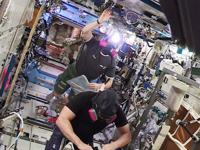 Die Astronauten Barry Wilmore (vorne) und Terry Virts sind in den amerikanischen Teil der ISS zurückgekehrt – tragen aber noch Schutzmasken.