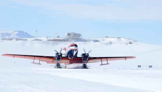 Das AWI-Forschungsflugzeug Polar 6 beim Start an der belgischen Antarktis-Forschungsstation Princess Elisabeth. Mit ihm wurdedie mutmaßliche Einschlagstelle per Radar und einem so genannten Laseraltimeter vermessen.
