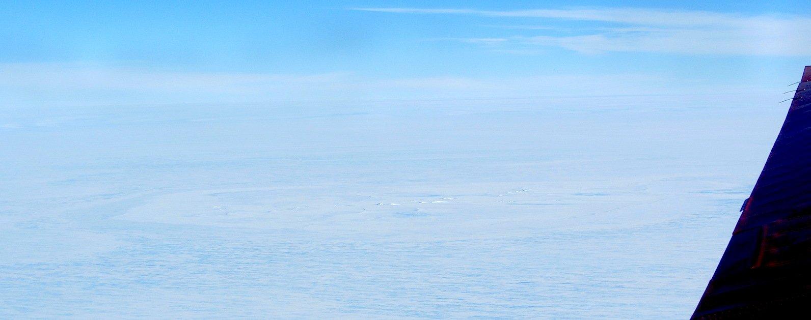 Die vermutliche Einschlagsstelle des Meteoriten: Original-Luftaufnahme der ringförmig umrahmten Bruchstruktur im Schelfeis.Schwach erkennbar ist die ringförmige Struktur.