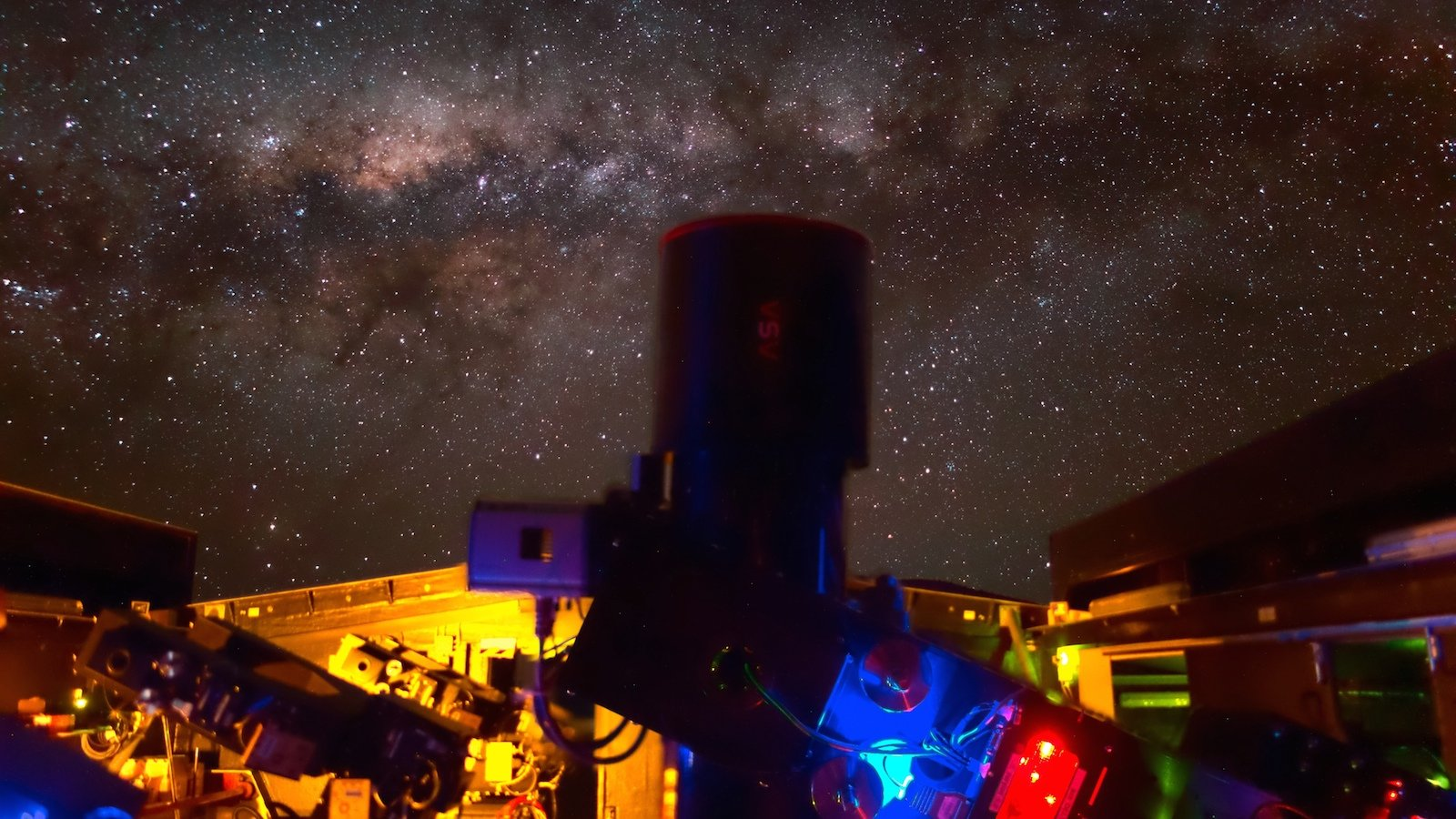 Diese NGTS-Aufnahme wurde mit Langzeitbelichtung gemacht. Im Hintergrund ist die Milchstraße zu sehen.