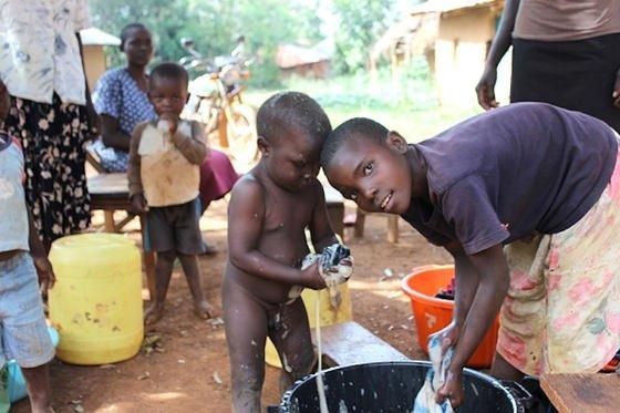 """Waisenkinder in Siaya in Kenia: Ingenieure wollen für die Kinder vier Wohnhäuser und eine Schule aus Lehm bauen. Unterstützt wird das Projekt durch die Spendenaktion """"Ingenieure helfen der Welt"""" der VDI nachrichten."""