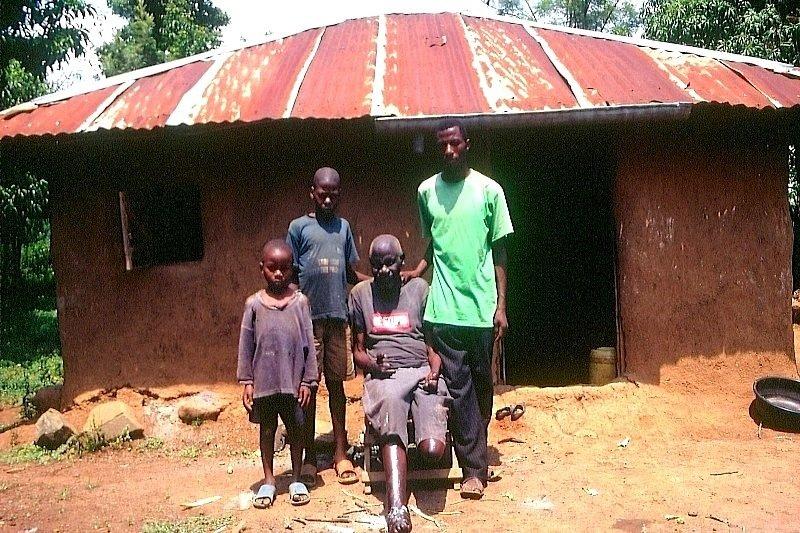 Typisches Lehmhaus in Siaya in Kenia: Lehm ist ein günstiges Baumaterial. Allerdings reißt er rasch. Der deutsche Ingenieur Heiko Wäsche will nun den Lehm mit Sand vermischen, um die Risse zu verhindern.