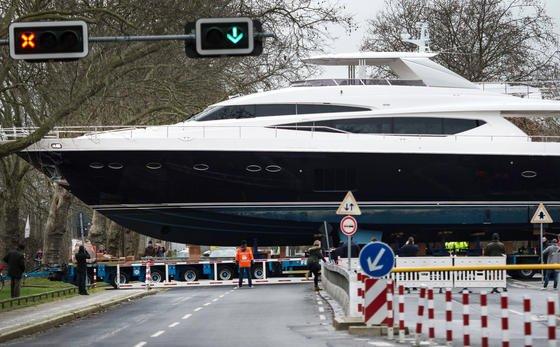 Ein Schwerlasttransporter fährt am 5. Januar 2015 die 100 Tonnen schwere Motoryacht Princess 98 zur Messe Düsseldorf. Die weltgrößte Messe für den Wassersport startet am 17. Januar.