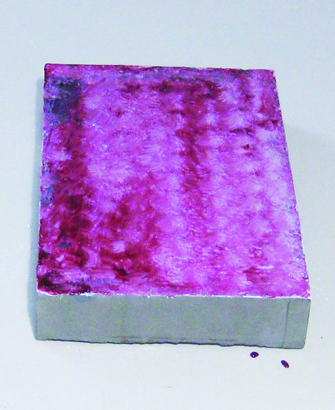 Bei dem stromerzeugenden Baustoff DysCrete wird einspezieller leitfähiger Beton mit Lagen aus Titandioxid, einer organischen Flüssigkeit, einem Elektrolyt, Graphit und einer transparenten Oberfläche beschichtet.