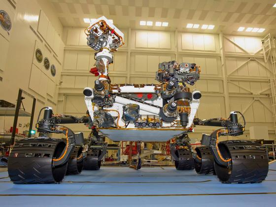 Der Mars-Rover Curiosity 2011 im Forschungslabor der NASA: Der Rover kann nur teilautonom über den Mars rollen. Gemeinsam mit Nissan will die NASA nun autonome Fahrzeuge für den Einsatz auf Planeten entwickeln.