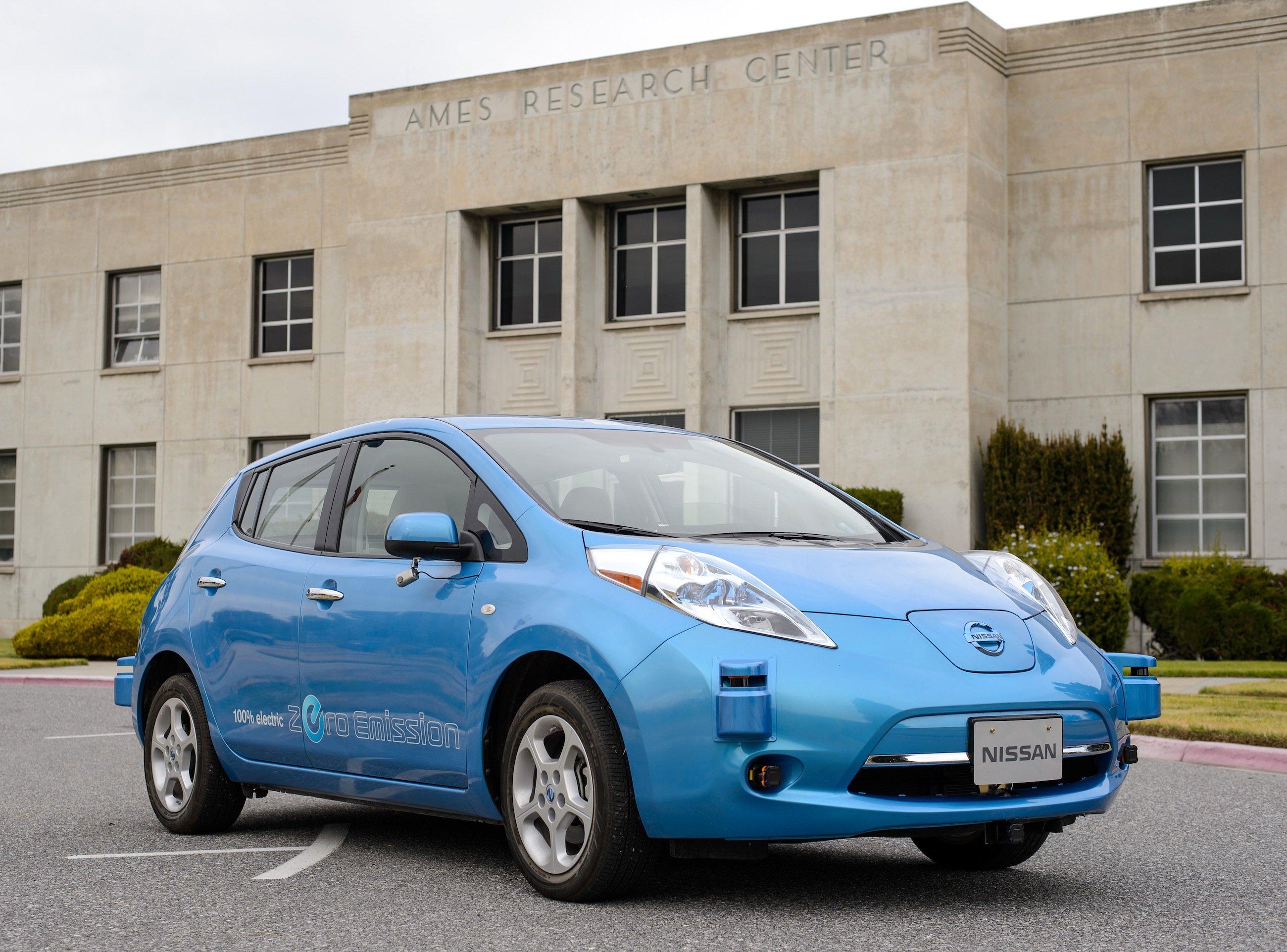 Nissans Elektroauto Leaf vor dem ForschungszentrumAmes Research Center der NASA im Silicon Valley: Auf Basis des Leaf sollen neue Fahrzeuge entwickelt werden, die vollkommen autonom unterwegs sind.