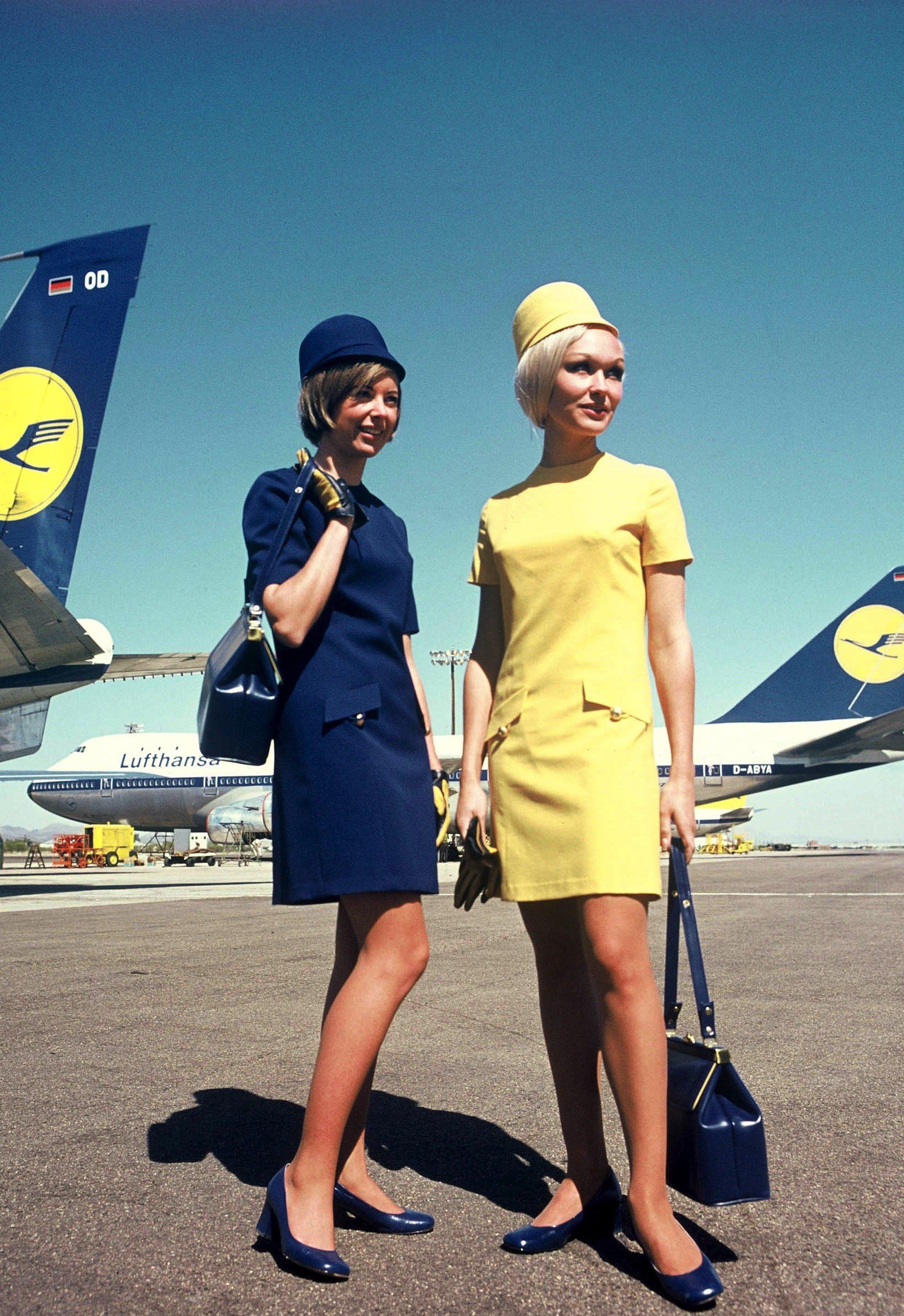 Uniformen für Flugbegleiterinnen der Deutschen Lufthansa, entworfen 1970 von Werner Machnik.