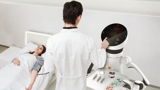 Um im Krankenhaus arbeiten zu können, muss der Care-O-bot schon mit einiger Technik ausgerüstet sein. In der vierten Generation ist der vom Fraunhofer IPA entwickelte Roboter nicht aus einem Guß, sondern besteht aus verschiedenen Modulen, die den Anforderungen entsprechend zusammengebaut werden.