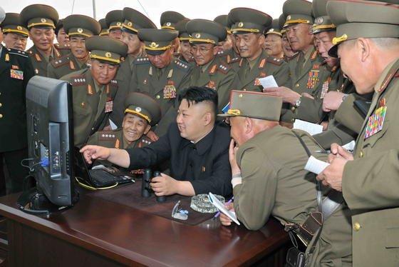 Nordkoreas Diktator Kim Jong-un gemeinsam mit Armeeangehörigen vor einem Computer: Schon seit 2010 hat sich die NSA in das nordkoreanische Computernetz eingehackt und beobachtet die nordkoreanischen Hacker im Staatsdienst, die den Cyberangriff auf Sony Pictures durchgeführt haben. Verhindern konnte die NSA den Angriff jedoch nicht.