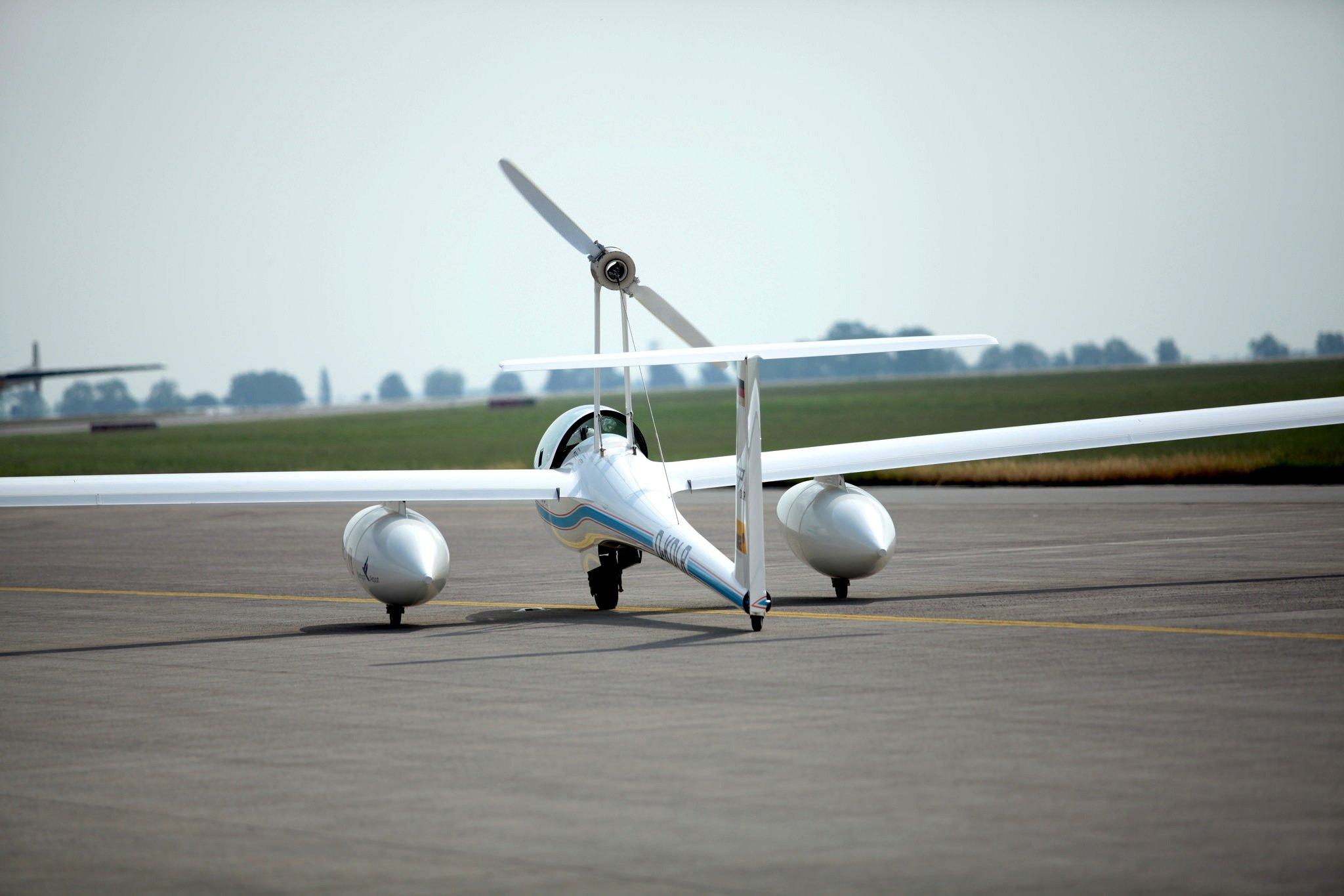 Antares DLR-H2 auf der Rollbahn: Mit Akku kommt das elektrisch angetriebene Flugzeug etwa 200 Kilometer weit, mit Brennstoffzelle sogar mehr als 750 Kilometer. Dank eines Kamerasystems kann es jetzt auch flüchtende Verbrecher überwachen.