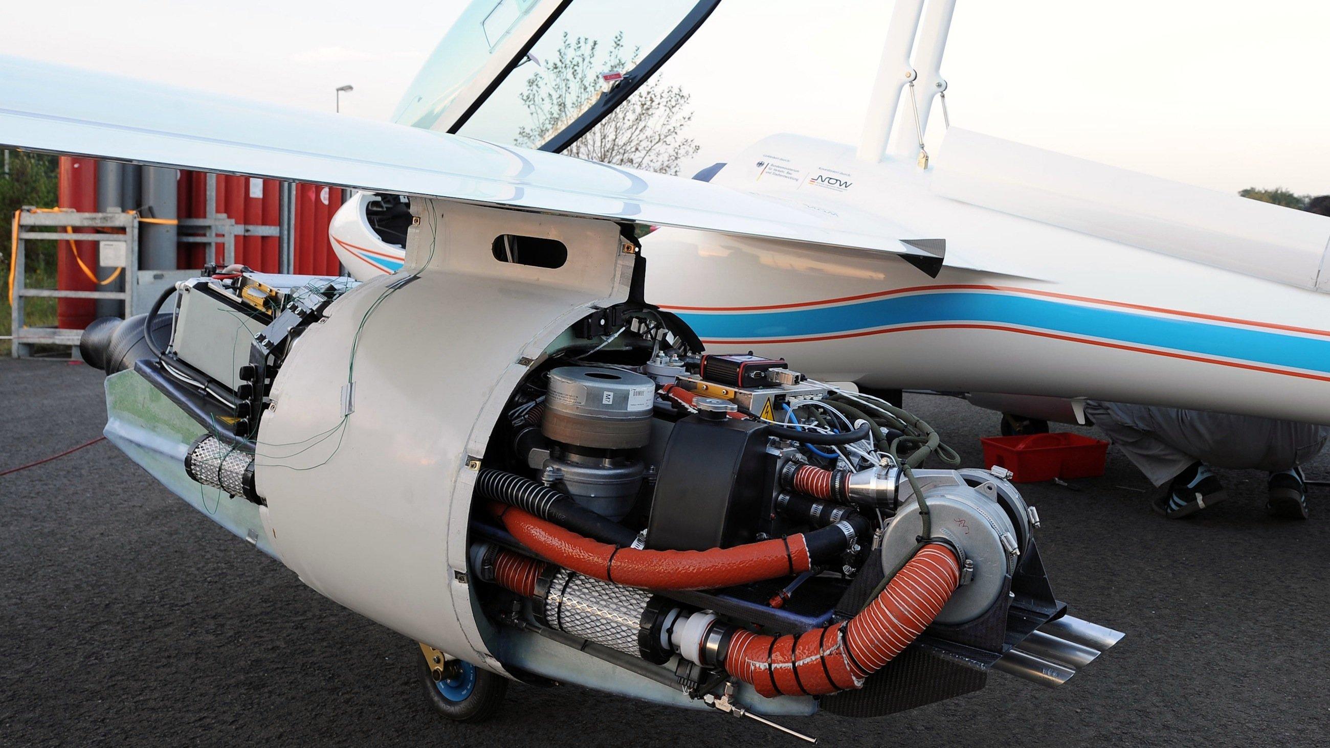 Im Außenlastbehälter unter der linken Tragfläche des Motorseglers Antares befindet sich das Brennstoffzellensystem mit einer maximalen Leistung von 33 Kilowatt. Im rechten Außenlastbehälter ist ein Wasserstofftank mit einem Fassungsvermögen von fünf Kilogramm eingebaut.