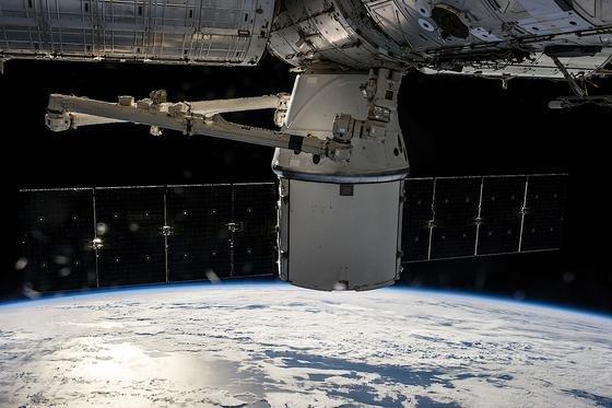 SpaceX hat auch schon die Versorgungskapsel Dragon gebaut, die Vorräte zur Internationalen Raumstation ISS fliegt. Doch das ist Firmenchef Elon Musk nicht genug. Er will ein globales Kommunikationssystem aufbauen und 700 Mini-Satelliten ins All schießen, damit überall in der Welt das Internet genutzt werden kann.