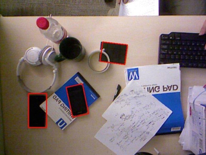 Rot markiert sind die von Microsoft AutoCharge erkannten Smartphones und Solarzellen.