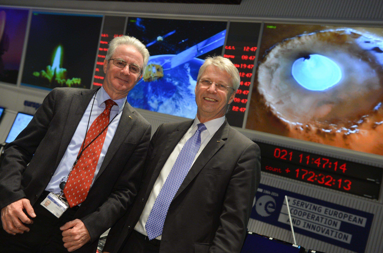 Thomas Reiter (r.), ESA-Direktor für bemannte Raumfahrt und Missionsbetrieb, und Paolo Ferri, Leiter der Abteilung für die Durchführung von Raumfahrtmissionen zur Sonne und den Planeten bei der ESA, blicken am 21. Januar 2015 im Hauptkontrollraum des ESA Satelliten-Kontrollzentrums ESOC in Darmstadt in die Kamera.