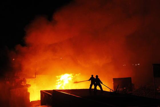 Bei Großbränden alarmiert die Smartphone-App KatWarn den Besitzer: Sie informiert ihn, wie weit er vom Unfall entfernt ist und was er tun sollte.