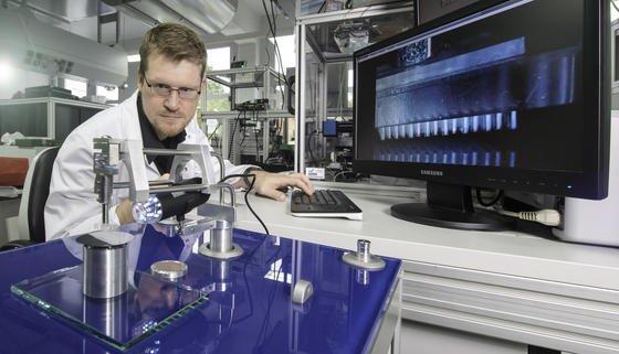 INM-Mitarbeiter Dr. Elmar Kroner bei einem Test zu den Gecko-Strukturen.