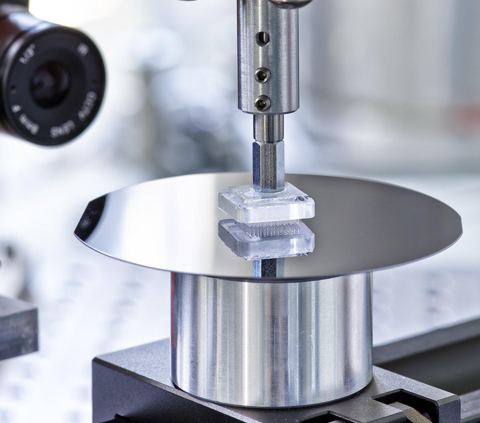 Die Gecomer-Greifer bestehen aus unzähligen Säulen, die einen Durchmesser von nur wenigen Nanometern haben. Ein solcher Greifer mit einer Fläche von einem Quadratzentimeter kann ein Bauteil mit einem Gewicht von 100 Gramm transportieren.